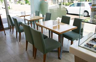 店内には喫茶スペースも。店内でしか提供できない限定メニューもあります。