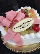 ハート型のケーキにピンクのリボン